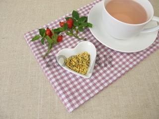 Eine Tasse Kernlestee mit Hagebuttenkernen aus Hagebutten