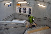 Kyoto, Japan, Mann fegt die Treppe einer U-Bahnstation