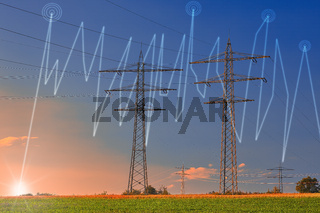 Hochspannungsmasten auf einem Feld mit untergehender Sonne. Diagramm zeigt Strompreisveränderung