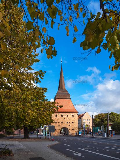Blick auf das Steintor in der Hansestadt Rostock im Herbst