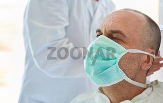 Arzt mit Mundschutz bei Coronavirus Epidemie
