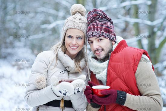 Paar beim Tee trinken im Winter