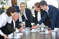 Geschäftsleute reden mit Chef im Business Meeting