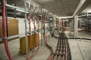 Starkstromleitungen in einem Umspannwerk