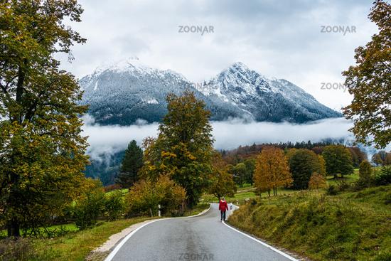 Wandern am Strassenrand Richtung Ramsau im Oktober, Berchtesgarden, Deutschland