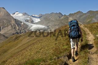 Wanderer auf einem Wanderweg, Wallis, Schweiz
