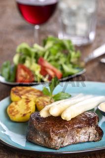 Spargel mit Kartoffeln und einem Steak