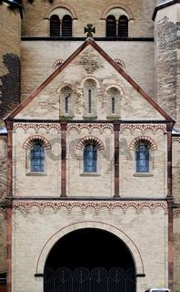 die monumentale Kirche St. Pantaleon in der Kölner Innenstadt