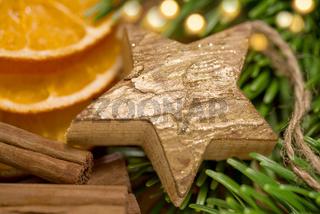 Weihnachtsdeko - Holzstern und Gewürze