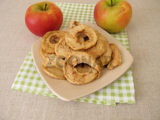Trockenobst aus selbst getrockneten Apfelringe aus frischen Äpfeln