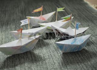 Von Kindern gebastelte und bemalte Papierschiffe