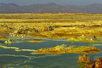 Vulkanische Landschaft mit Schwefelsedimenten und saurem Salzlaugenpool, Dallol, Äthiopien