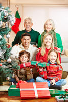 Familie mit Großeltern zu Weihnachten