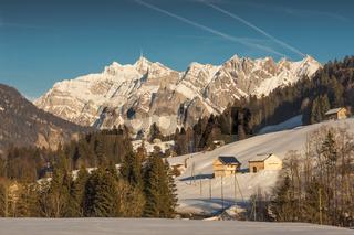 Winterlandschaft in der Schweizer Region Toggenburg mit Blick auf den Berg Säntis, Schweiz