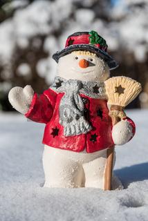 Schneemann handbemalt im Schnee - winterliche Dekoration