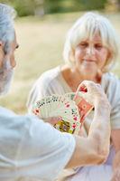 Mann und Frau spielen zusammen Karten
