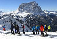 Skifahrer am Grödner Joch vor dem Langkofel, Sassolungo, Gröden, Dolomiten, Südtirol, Italien