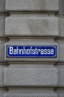 Straßenschild der Bahnhofsstraße in Zürich