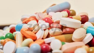 Viele bunte Medikamente auf einem Haufen