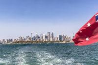 Skyline von Sydney mit  Port Jackson und australischer Flagge