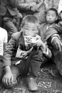 Der Sieger des Pferderennens beim Naadamfest erhält traditionell ein Schale mit Airag, gegorene Stutenmilch, Foto von 1977