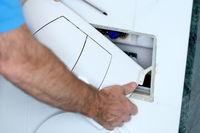Abdeckung eines Spülkastens wird montiert