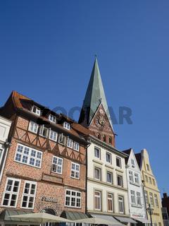 Lüneburg - Am Sande, St. Johannis-Kirche hinter Altstadthäusern, Deutschland