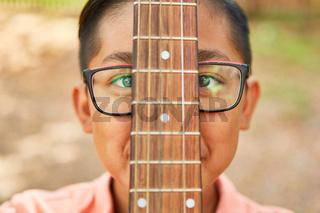 Afrikanischer Junge mit Gitarre im Gitarrenkurs