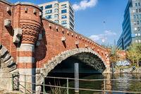 berlin, deutschland  - 09.04.2019 - dovebrücke am landwehrkanal in berlin charlottenburg