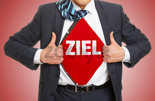 Mann im Anzug trägt Schriftzug Ziel als Erfolg Konzept
