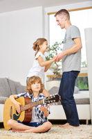 Familie beim Musizieren und Tanzen