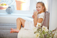 Kind bei Entspannung mit Tasse Tee
