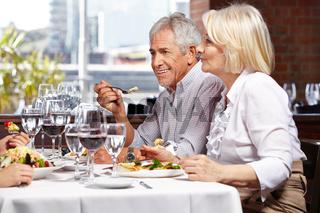 Familie mit Senioren im Restaurant