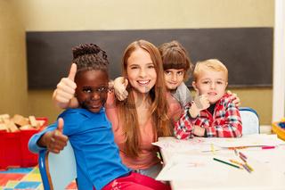 Gruppe Kinder im Kindergarten mit Erzieherin