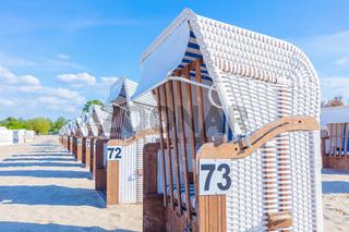 Urlaubszeit Deutschland, Beginn der Badesaison, Strand, Meer, leere Strandkörbe, Deutsche Küste