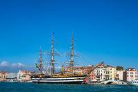 Segelschiff und Gebäude in Venedig, Italien