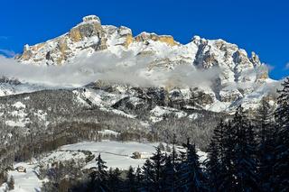 Winterlandschaft mit den Gipfeln La Varella und Cunturines