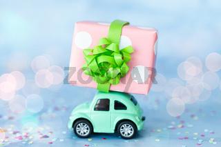 Kleines gruenes Auto mit Geschenk