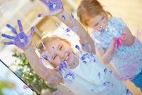 Kinder haben Spaß mit Fingerfarbe im Kindergarten