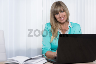 Geschäftsfrau arbeitet am Notebook
