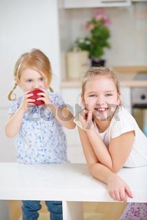 Kinder einer Familie in der Küche