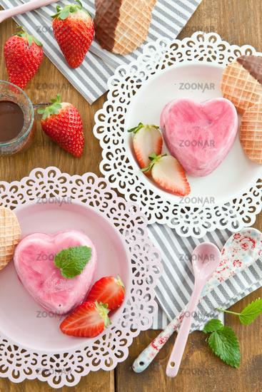 Eis in Herzform mit Erdbeeren