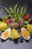 Salat-Nicoise auf Holzhintergrund