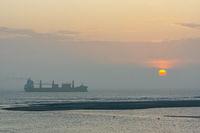 Schiff auf dem Meer vor untergehender Sonne-3.jpg