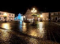 Marktplatz Bückeburg im Dunkeln bei Regen
