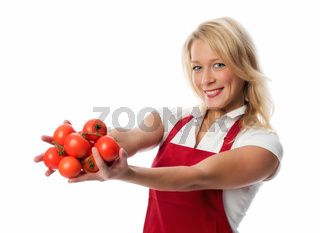 blonde frau präsentiert eine handvoll tomaten