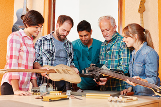 Handwerker Team bei Ausbildung zum Gitarrenbauer