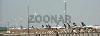 Wegen Coronakrise abgestellte Flugzeuge am Flughafen Frankfurt