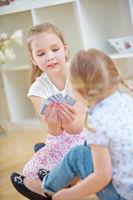Kinder spielen mit Kartenspiel Karten