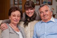 Glückliches Seniorenpaar mit Tochter